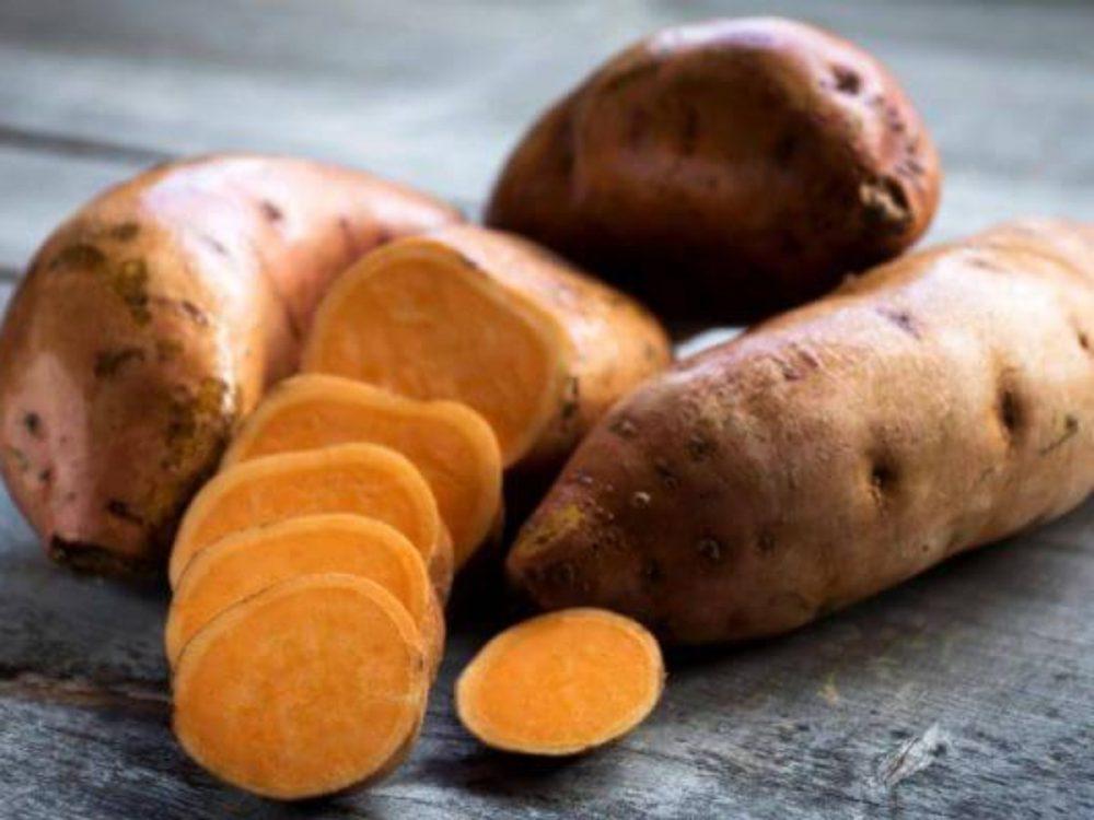 Batatas de piel oscura y de carne anaranjada