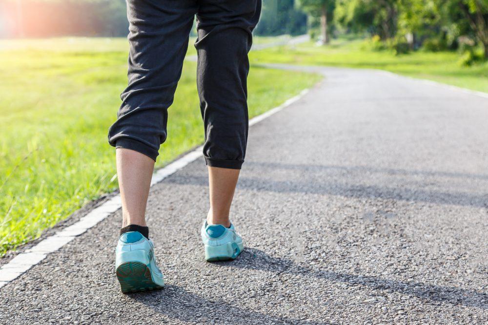Cómo caminar puede ayudar a perder peso y grasa en la barriga