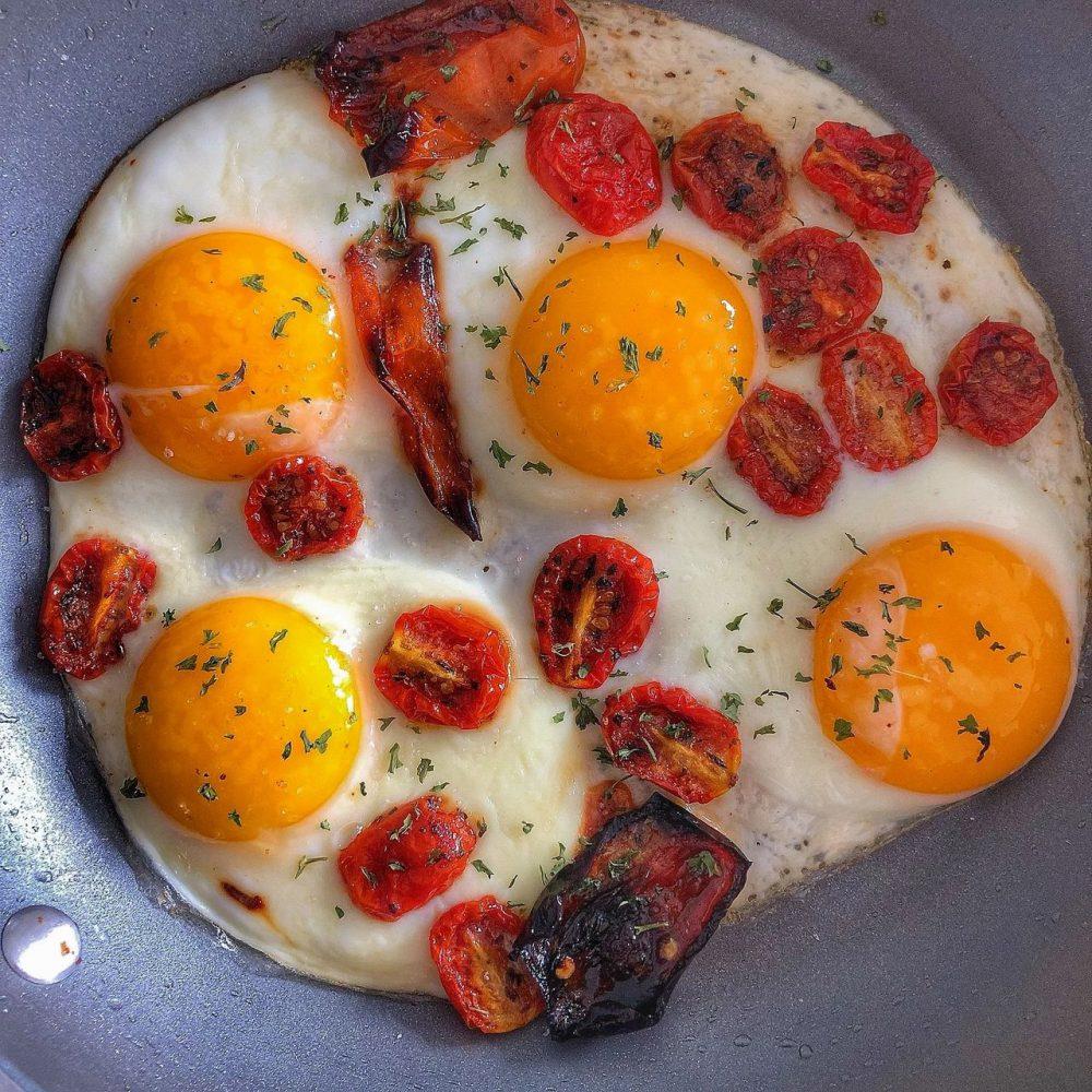 Ensalada de rúcula con tomates secos y huevo frito