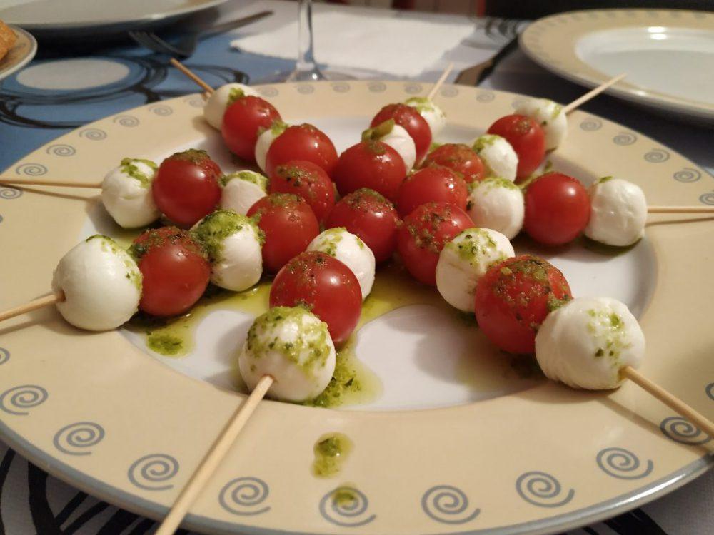 Los pinchos de mozzarella con tomate y albahaca