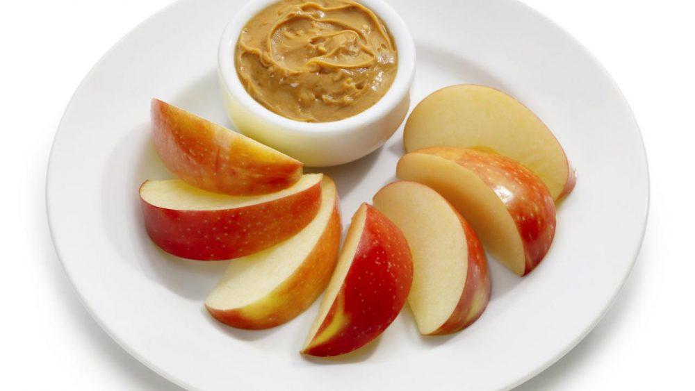 ¿Es la mantequilla de manzana y maní un bocadillo saludable?