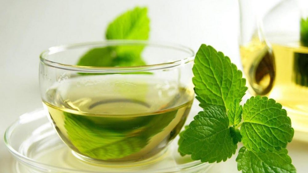 8 tés de hierbas para ayudar a reducir la hinchazón