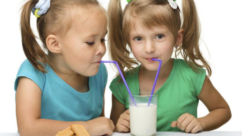 7 bebidas saludables para niños (y 3 no saludables)