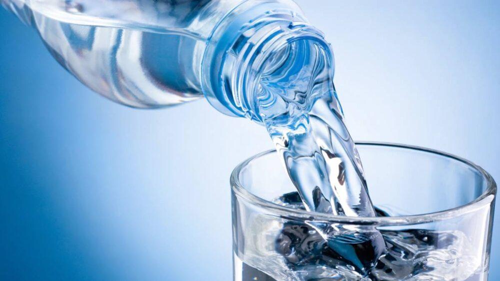 ¿Debe tomar agua sola?