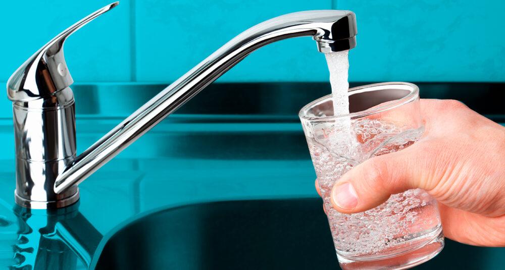 ¿Deberías beber agua primero por la mañana?
