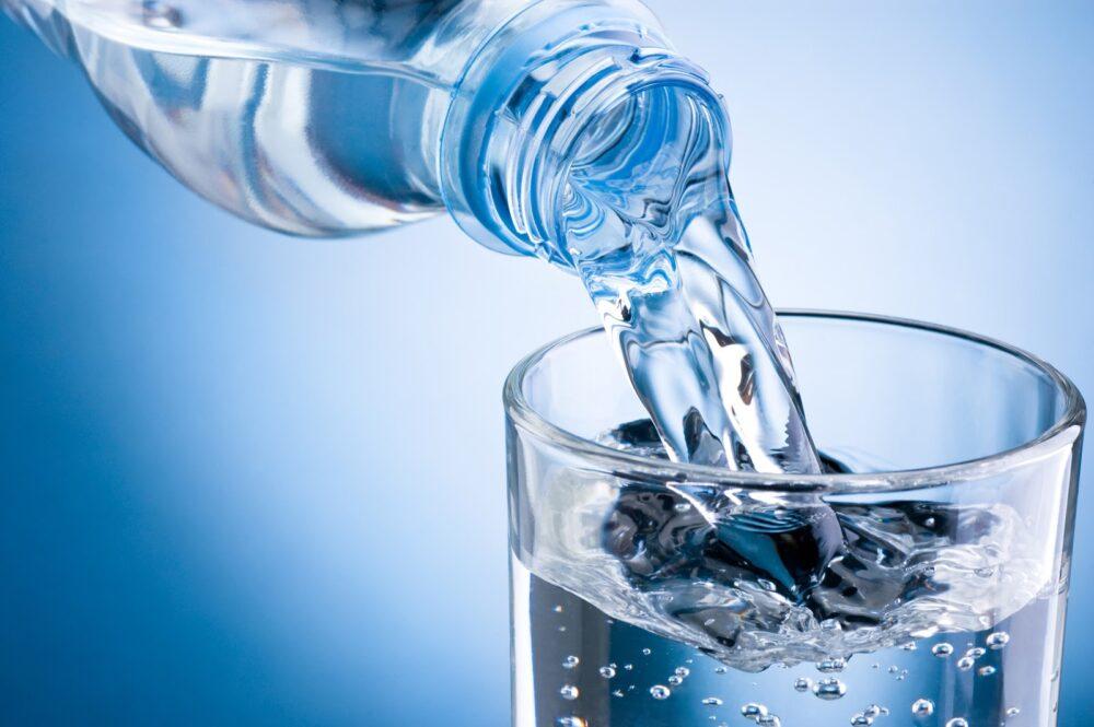 Beber agua ayuda a mantener la cintura y bajar de peso