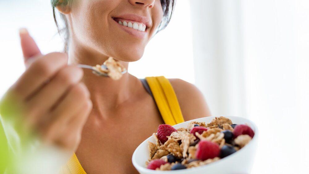 Cómo cambian sus necesidades nutricionales a medida que envejece