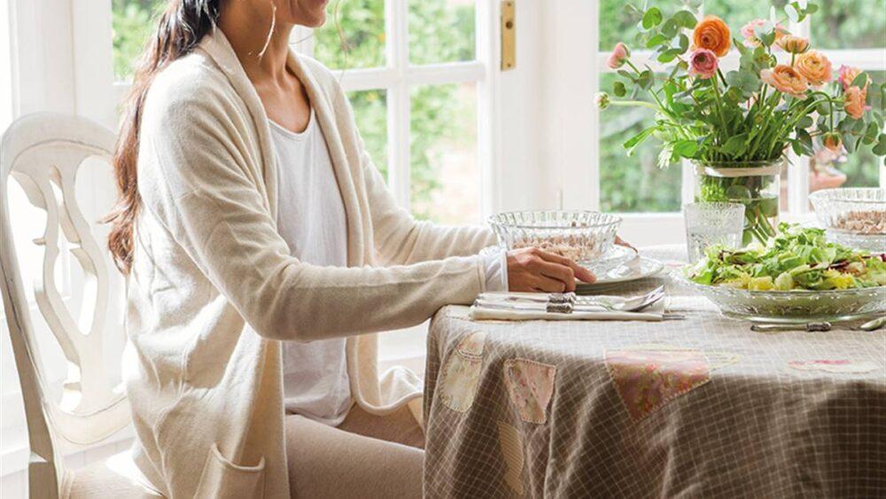 Comer sentado promueve la atención plena