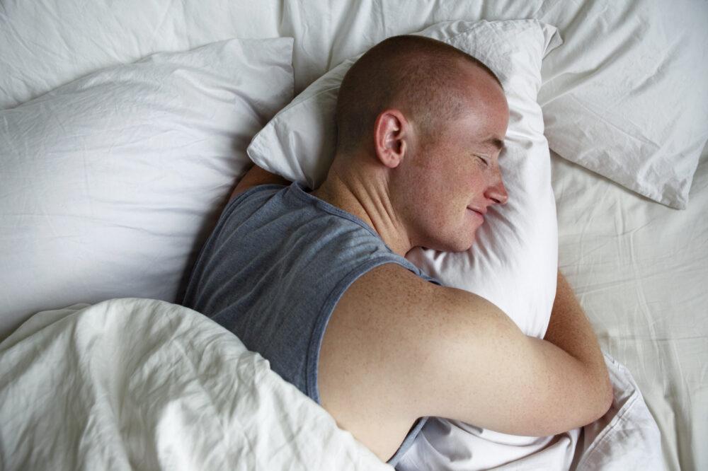 Dormir lo suficiente puede ayudar a quitar los antojos