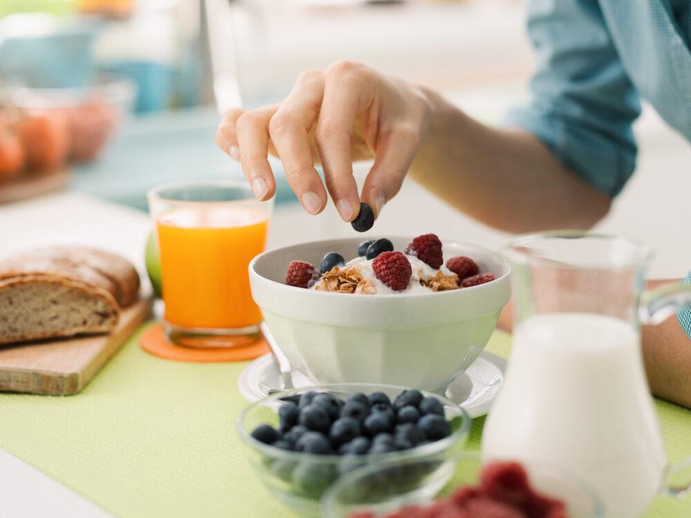 El uso de platos más pequeños puede hacer que su cerebro piense que en realidad está comiendo más