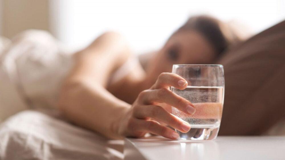 Un vaso de agua fría por la mañana estimula el metabolismo