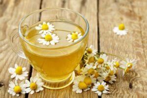 5 maneras en que el té de manzanilla beneficia su salud
