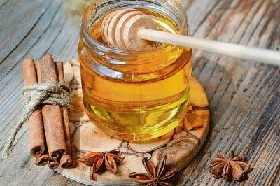 Afirmaciones no comprobadas sobre la miel y la canela