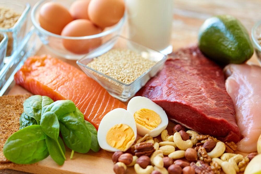 Coma alimentos saludables ricos en proteínas