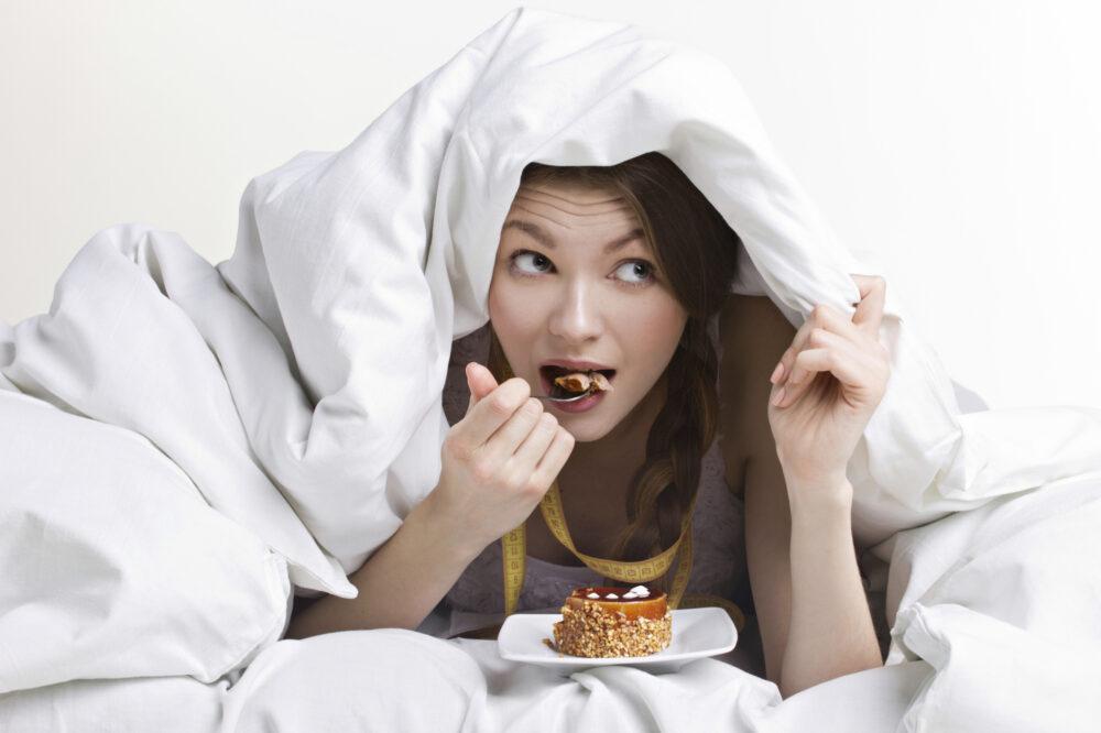 Comer antes de la cama podría llevar a hábitos no saludables