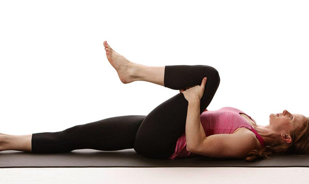 Ejercicio de rodilla al pecho para aliviar el dolor bajo de la espalda
