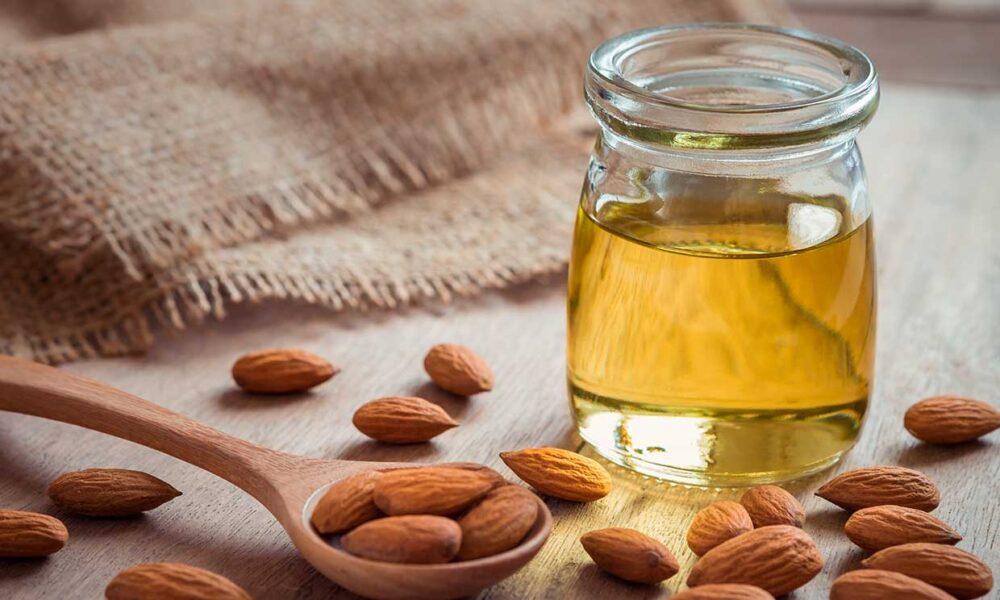 El aceite de almendra es una grasa versátil que puede ser utilizada como alimento o producto de belleza natural.