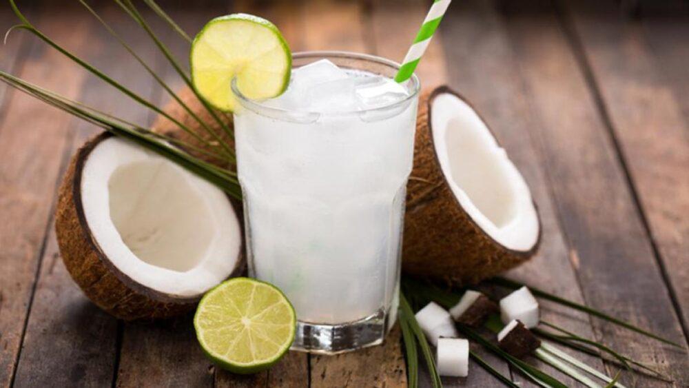 El agua de coco se ha convertido en una bebida saludable muy popular