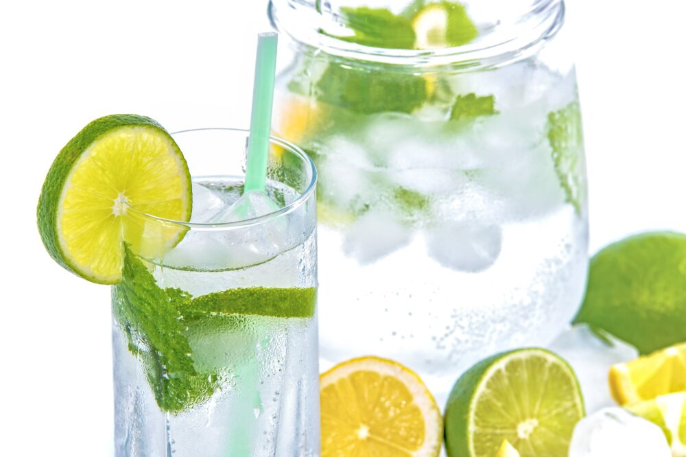 El agua de limón no es necesariamente mejor que el agua regular