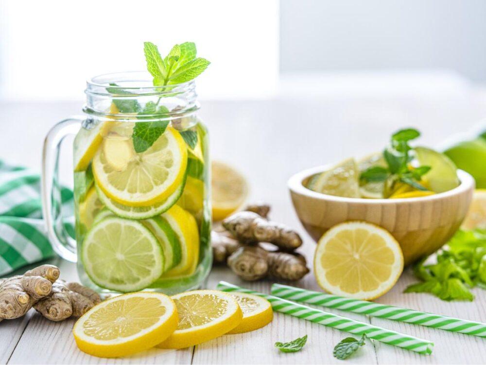 El agua de limón puede hacer que se sienta más lleno