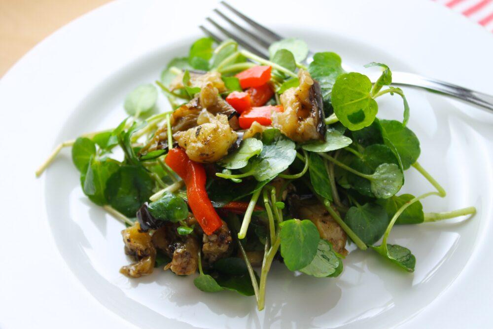 El berro contiene 15 mg de vitamina C por taza (34 gramos), que es el 20% de la RDI para las mujeres y el 17% para los hombres (3).