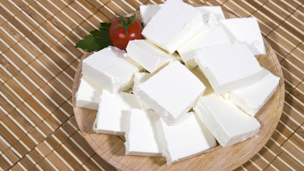 El calcio y el fósforo están presentes en el queso feta en cantidades que pueden ayudar a mantener la salud de los huesos.