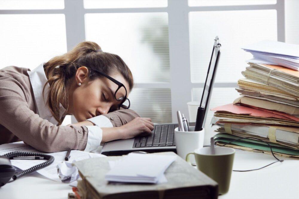 El estrés puede interrumpir el sueño y causar fatiga