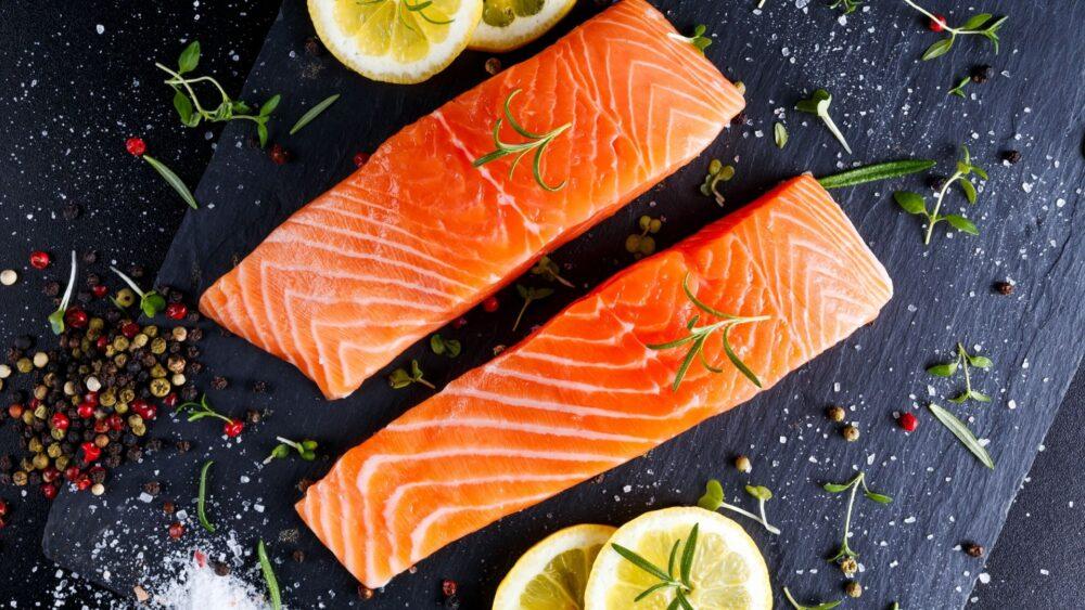 El salmón de criadero se alimenta con piensos elaborados, mientras que el salmón salvaje se alimenta de diversos invertebrados.