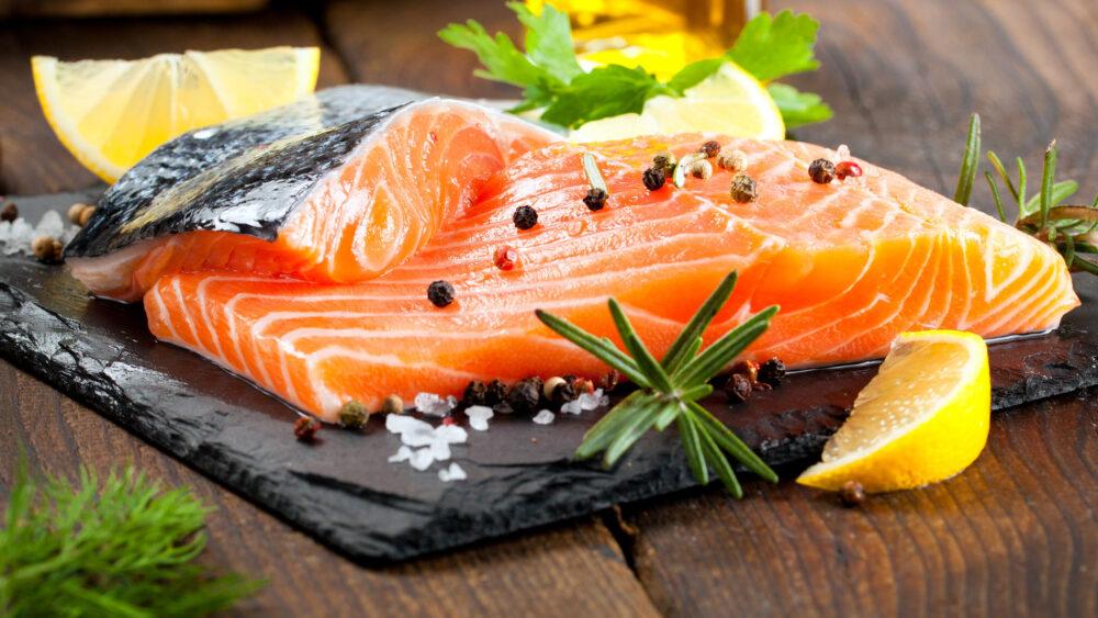 El salmón de piscifactoría podría tener un contenido más elevado de contaminantes