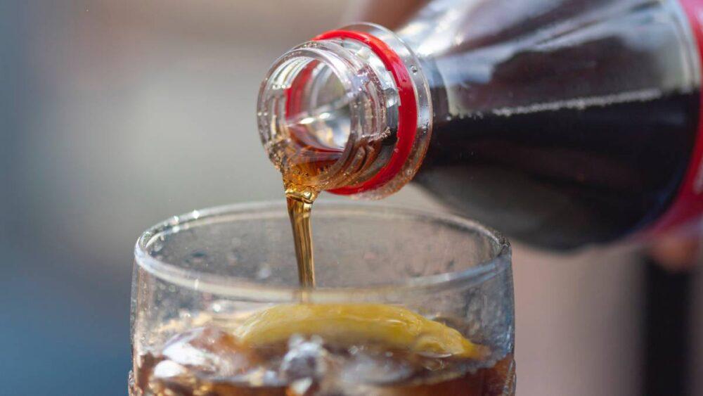 Evite las bebidas endulzadas con azúcar