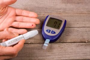 15 maneras fáciles de bajar los niveles de azúcar en la sangre de forma natural