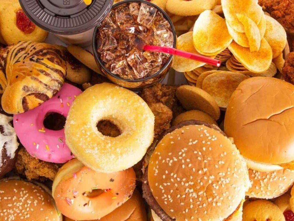 La comida chatarra tiene un bajo valor de saciedad, lo que significa que no llena mucho.