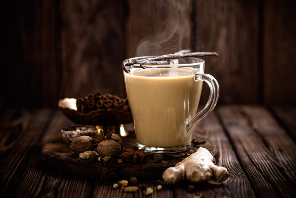 Los ingredientes del té chai, jengibre, pimienta negra, canela y clavo pueden ayudar a reducir las náuseas