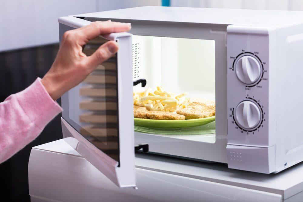 Los microondas dañan los alimentos y emiten radiaciones perjudiciales