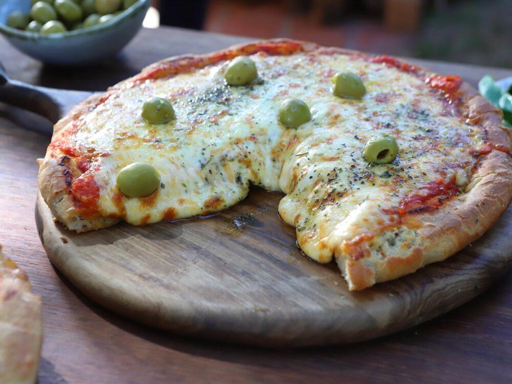 Pizza de pizzería recién hecha